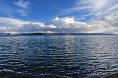 Chiny Wielcy jeziora Tybet Jeziorny Teri Tashi Namtso w lato wieczór pod chmurnym niebem obraz stock