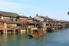 Chiny, wuzhen Wodnego Villageï ¼ ŒPeople rząd łódź Fotografia Stock