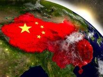 Chiny z flaga w powstającym słońcu Zdjęcie Royalty Free