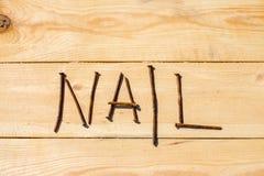 Chiodi arrugginiti sulla tavola di legno Fotografia Stock