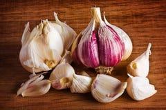 Chiodi di garofano di aglio a bordo Fotografia Stock