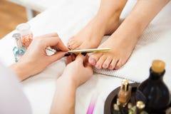 Chiodi di lucidatura dell'estetista, pedicure Trattamento di cura dei piedi e Na Immagini Stock
