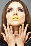 Chiodi e labbra gialli Donna di bellezza Fotografie Stock