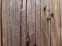 Chiodi e priorità bassa arrugginiti della venatura del legno Immagine Stock
