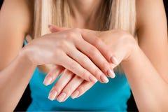 Chiodi francesi di Ombre sulle mani della giovane donna in studio immagine stock libera da diritti