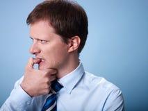 Chiodi mordaci nervosi della barretta dell'uomo di affari Immagini Stock