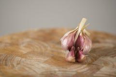Chiodo di garofano di aglio sul blocchetto di spezzettamento Fotografie Stock