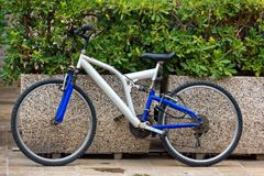 Chioggia Italien-Augusti 26, 2018: Landskap av Venedig cykel som parkeras på en stadsgata royaltyfri bild