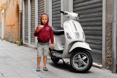 Chioggia Italien-Augusti 26, 2018: Landskap av Venedig cykel som parkeras på en stadsgata arkivbilder