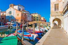 Chioggia Italien: Gata av Chioggia, staden också som är bekant som en del av Venedig Royaltyfri Fotografi