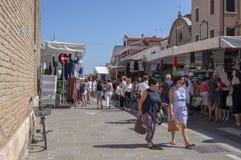 Chioggia/ITALIEN - juni 21, 2018: Traditionella marknader på den huvudsakliga gatan av den italienska staden rymms varje torsdag royaltyfri foto
