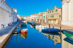 Chioggia Italien: Kanal med fartyg på vatten Royaltyfri Foto