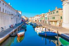 Chioggia Italien: Kanal med fartyg på vatten i Chioggia den historiska mitten Royaltyfri Bild