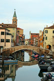 Chioggia, kanaal, brug en kerk Stock Foto