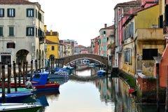 Chioggia, kanaal, brug en kleine boten Royalty-vrije Stock Afbeelding