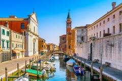 Chioggia stad i den venetian lagun, vattenkanalen och kyrkan Veneto royaltyfri bild