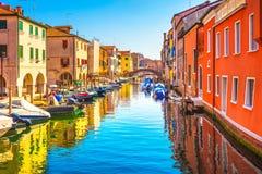 Chioggia stad i den venetian lagun, vattenkanalen och kyrkan Veneto fotografering för bildbyråer