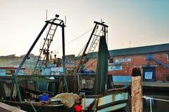 Chioggia, une ville vénitienne de lagune, photo des bateaux amarrés dans le canal principal qui fonctionne par la ville image libre de droits