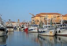 Chioggia, VE, Italia - 11 febbraio 2018: ampio canale con pesca Fotografia Stock