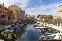 Chioggia, Venedig, Italien: Landschaft der alten Stadt und des Kanals mit Fischerbooten und alten Gebäuden Stockbilder