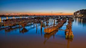 Chioggia, Venetië, Italië: nachtlandschap van de baai met polen F Stock Foto's