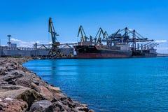 CHIOS LYCKA och LOUISA BOLTEN - bärare i stora partier - port av Burgas, Bulgarien Arkivfoton