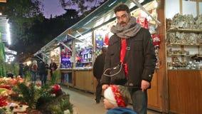 Chioschi con i giocattoli ed i regali tradizionali di Natale archivi video