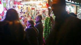 Chioschi con i giocattoli ed i regali tradizionali di Natale stock footage