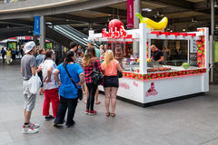 Chiosco aspettante dei dolci della gente alla stazione centrale Anversa, Belgio Fotografia Stock