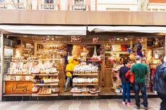 Chiosco con i dolci a La Rambla, Barcellona Immagini Stock