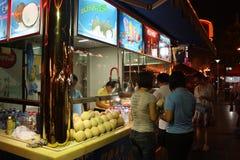 Chiosco della via con le noci di cocco Fotografie Stock Libere da Diritti