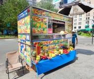 Chiosco delle bevande di frutta in Manhattan Fotografia Stock Libera da Diritti