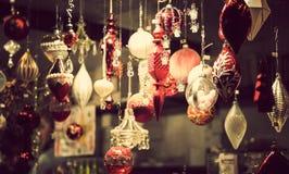 Chiosco giusto di Natale con i carichi delle mercanzie brillanti della decorazione Fotografia Stock