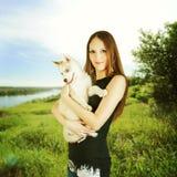 Chiot enroué de chien de participation extérieure de femme Photo libre de droits