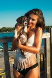 Chiot et fille au bord de la mer Photographie stock