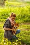 Chiot et fille de Shiba Inu en parc Image stock