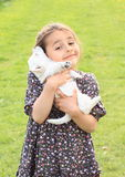 Chiot holded dans des mains d'enfants Photos stock