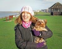 Chiot mignon de terrier de Yorkshire avec l'ami Images stock