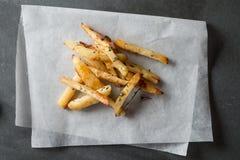 Chip al forno su carta oleata piegata Fotografia Stock Libera da Diritti