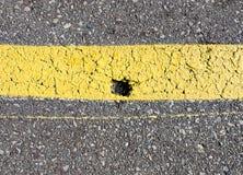 Chip in asfalto dipinto giallo Immagine Stock