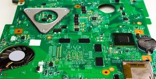 Chip de computador no fim verde do cartão-matriz acima do macro foto de stock royalty free