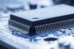Chip de ordenador, en la placa madre, concepto de la tecnología, backgroun Fotos de archivo libres de regalías