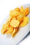 Chip del sale della patata isolati su priorità bassa bianca Fotografia Stock