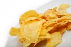 Chip del sale della patata isolati su priorità bassa bianca Fotografia Stock Libera da Diritti