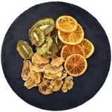 Chip della frutta sul piatto nero dell'ardesia del cerchio Vista superiore Fotografia Stock Libera da Diritti