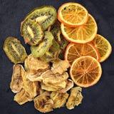 Chip della frutta sulla superficie nera dell'ardesia Fotografie Stock