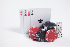 Chip delle carte da gioco, dei dadi e del casinò su fondo bianco Immagini Stock