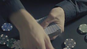 chip derringer gra w pokera shotglass tabeli Mężczyzna ` s ręki shuffing karty zdjęcie wideo