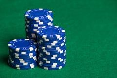 Chip di mazza blu sulla tavola verde Fotografie Stock