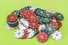 Chip di mazza differenti su fondo verde Fotografia Stock Libera da Diritti